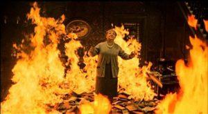 Fahrenheit 451, la propriétaire brûle avec ses livres