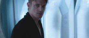 Joel Kinnaman dans Altered Carbon
