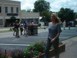 Andréa dans les rues de Woodbury sur le tournage de The walking dead