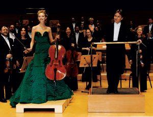 Gemma Ward joue du violoncelle en tenue de soirée