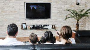 Regarder la télé en famille